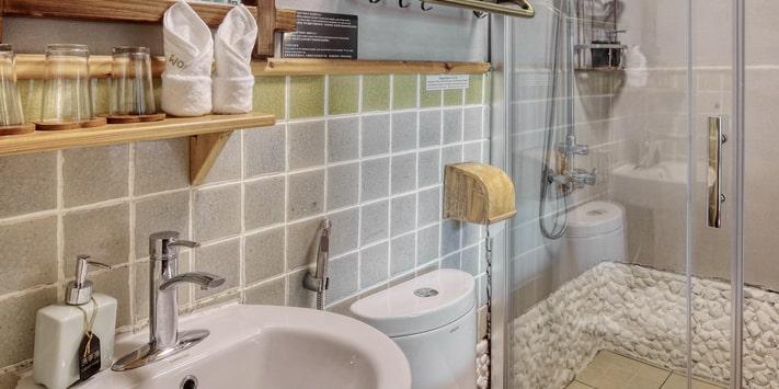 Yangshuo Mountain Retreat guest bath - Yulong River double queen room.